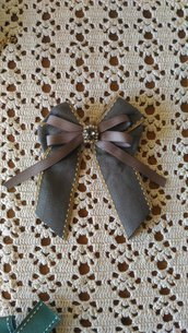 Per Festa della Mamma spilla con fiocco realizzata con nastro grosgrain grigio piccolo nastro in seta ed elemento bijoux centrale cristallo cabochon