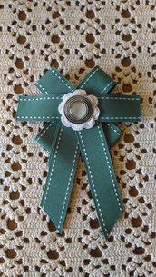 Spilla con fiocco in grosgrain verde con elemento centrale con bottone perla ed argento su fiore uncinetto bianco