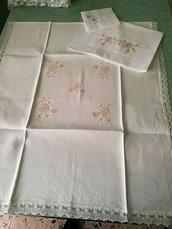 copertina in lino ricamata a macchina con bordura in macramè, completa di lenzuolino in pelle d'ovo