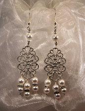 Orecchini a gancio con elemento in filigrana e perle bianche (OR30)