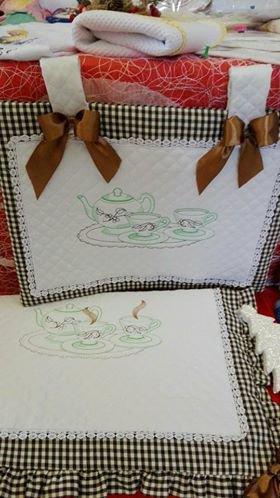 Copriforno e coprifuoco,realizzato in trapuntina di cotone ,di colore bianco .