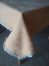 Fine tovaglia quadrata in tessuto damascato di color albicocca con pizzo macramè