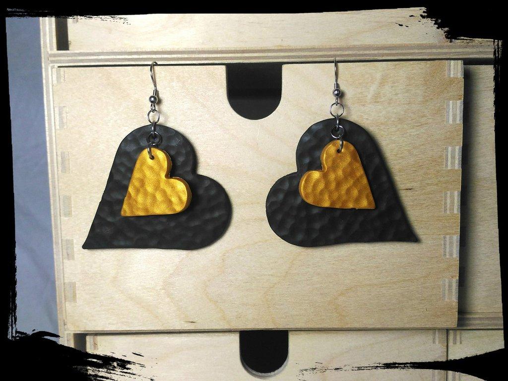 Orecchino cuore nero e oro martellati
