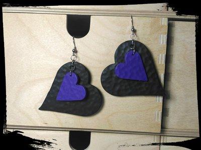 Orecchino cuore nero e viola martellati