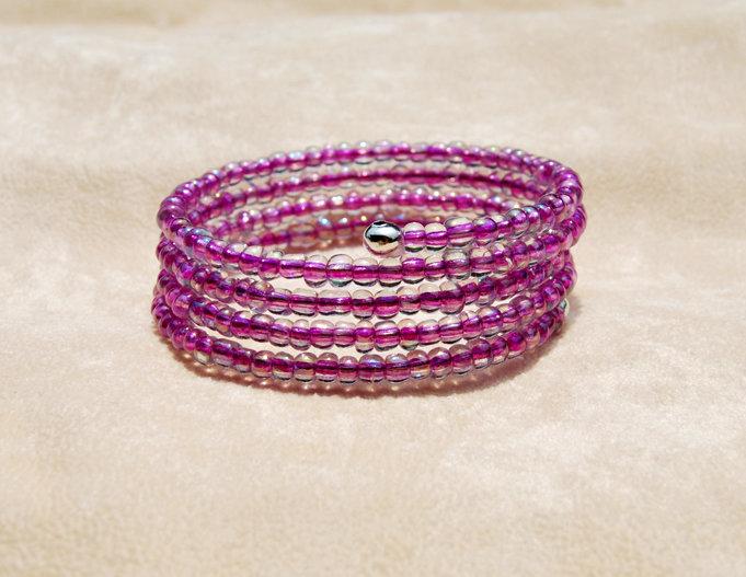 Bracciale a fascia in memory wire con perline in vetro color rosa (BR58)