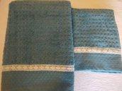 Coppia di asciugamani di morbida spugna di  colore verde con guarnizione di merletto di cotone in tintaa