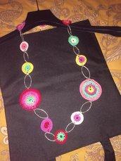 Collana multicolor eseguita ad uncinetto
