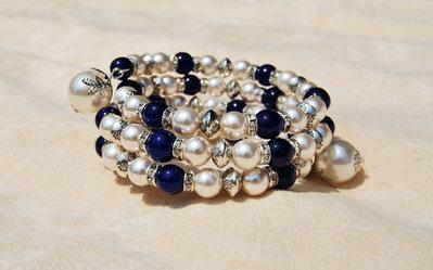Bracciale a più giri in memory wire, con sfere di agata blu e perle (BR94)
