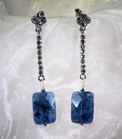 Orecchini lunghi con chiusura a perno e pendente in agata blu (OR48)