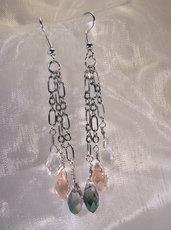 Orecchini in metallo placcato argento e cristalli colorati a goccia (OR63)