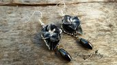 Orecchini fiori Mag Mell nero bianco pendenti ematite fatti a mano in fimo gioielli artigianali bijoux idea regalo