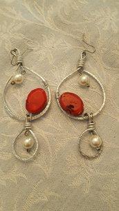 Orecchini in alluminio battuto con perla in corallo bambù