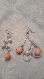 Orecchini in alluminio battuto con perle