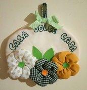 """Fuoriporta fatto a mano in cotone con decorazione floreale e scritta """"casa dolce casa""""."""