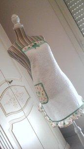 Grembiule in spugna bianca con fantasia in verde, modello intero lungo