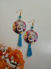 Orecchini di carta pendenti Marilyn Monroe con nappine cotone