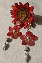 Orecchini pendenti con fiore di pruno rosso vero e semi di rafia