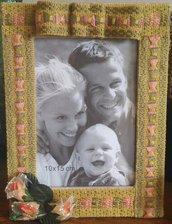 Festa della mamma Cornice con base in legno e decorazione con passamaneria damascata nei colori celeste e giallo senape con roselline blu