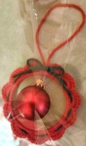 """Palle di Natale modello """"ghirlanda"""" ad uncinetto filato in lana rosso o grigio con fiocchino verde"""
