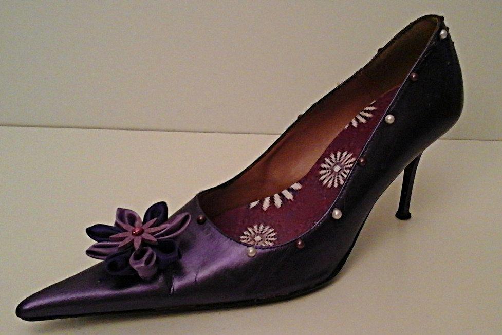 Dècolletè con tacco in viola metallizzato con fiore Kanzashi
