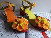 Sandali con cinturino in giallo e arancione Decorate con fiori in feltro.