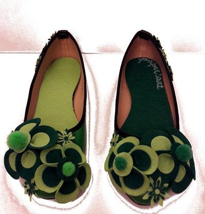 Ballerine in verde bicolori. Decorate con fiori in feltro.