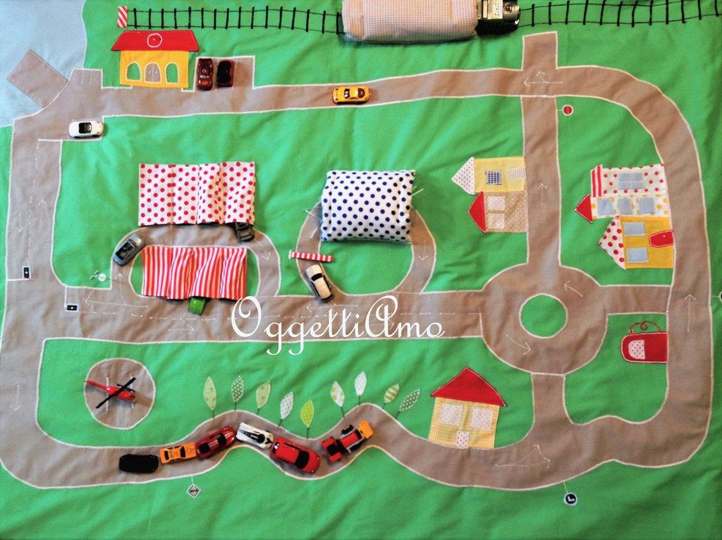Pista in stoffa per le macchinine: un tappeto, un sacco copripiumone ed un gioco!