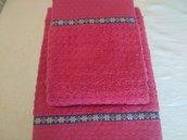 Coppia di asciugamani color fucsia con merletto che rappresenta una fantasia di fiorellini