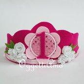 Una corona in feltro e dettagli glitter per festeggiare il suo compleanno