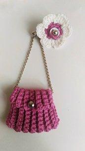 Orecchini realizzati ad uncinetto borsetta a tracolla e fiorellino