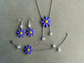 Collana, braccialetto e orecchini pendenti con fiori e perle fimo