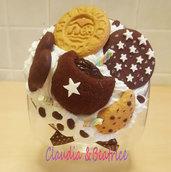 Biscottiera con tappo decorato con biscotti e merendine tipo Mulino Bianco fatti a mano in fimo.