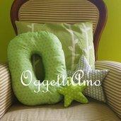 Un cuscino materasso a forma di lettera per decorare casa: sulla poltrona o sul letto?
