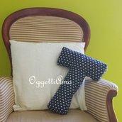 Un cuscino materasso blu a stelle per la lettera T: la sua iniziale per decorare casa.