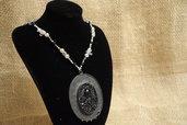 Collana con medaglione nero e motivi in metallo