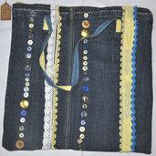 Borsa in jeans piatta decorata con bottoni e nastri