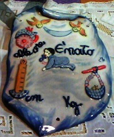Targa a pergamena di ceramica adatta per un maschietto con i dati ricordo della nascita in rilievo