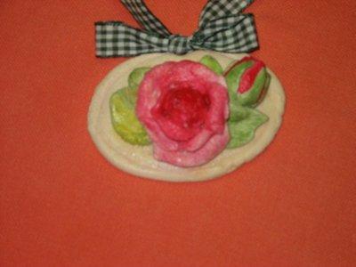 Medaglietta con rose in pasta di sale