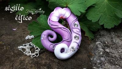 Collana sigillo elfico pendente modellato a mano in fimo sfumature lilla bianco gioielli bigiotteria artigianale