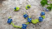 Orecchini fiori blu cerchio foglie modellati a mano anallergici con monachelle argento 925