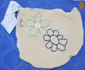 Pochette in lana beige con fiori ricamati