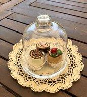 Alzatina di vetro con tre dolcetti bon bon