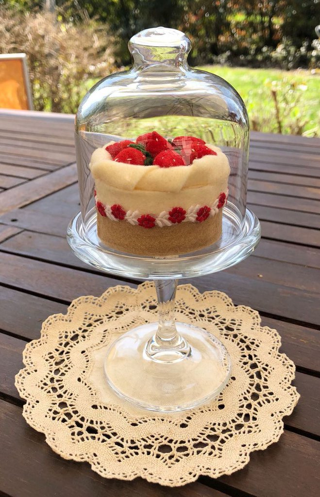 Alzatina di vetro con scatolina a forma di torta fragole e ...