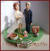 """Cake topper matrimonio personalizzato """" Sposi tifosi e sarta """" fimo cernit kawaii caricatura sopratorta"""