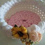 Cestino di primavera realizzato a uncinetto con fettuccia e guarnito con mazzetto di fiorellini