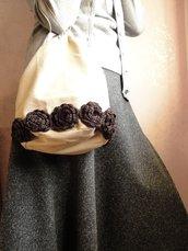 Borsa a secchiello ecru con roselline crochet