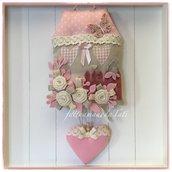Fiocco nascita casa in cotone ecrù e rosa ornata con farfalla,roselline di lino e un cuore rosa con pizzo