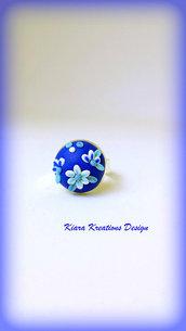 Anello blu con fiori in rilievo, anello fimo, bijoux per l'estate, anello estivo, regalo sorella, regalo amica, compleanno, anello floreale