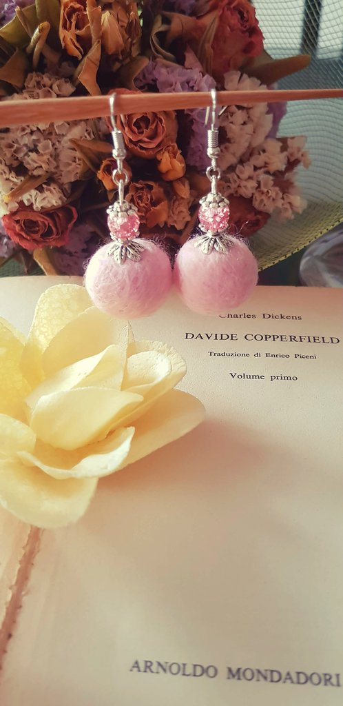 Orecchini pendenti in feltro e perla rosa cipria fatti a mano
