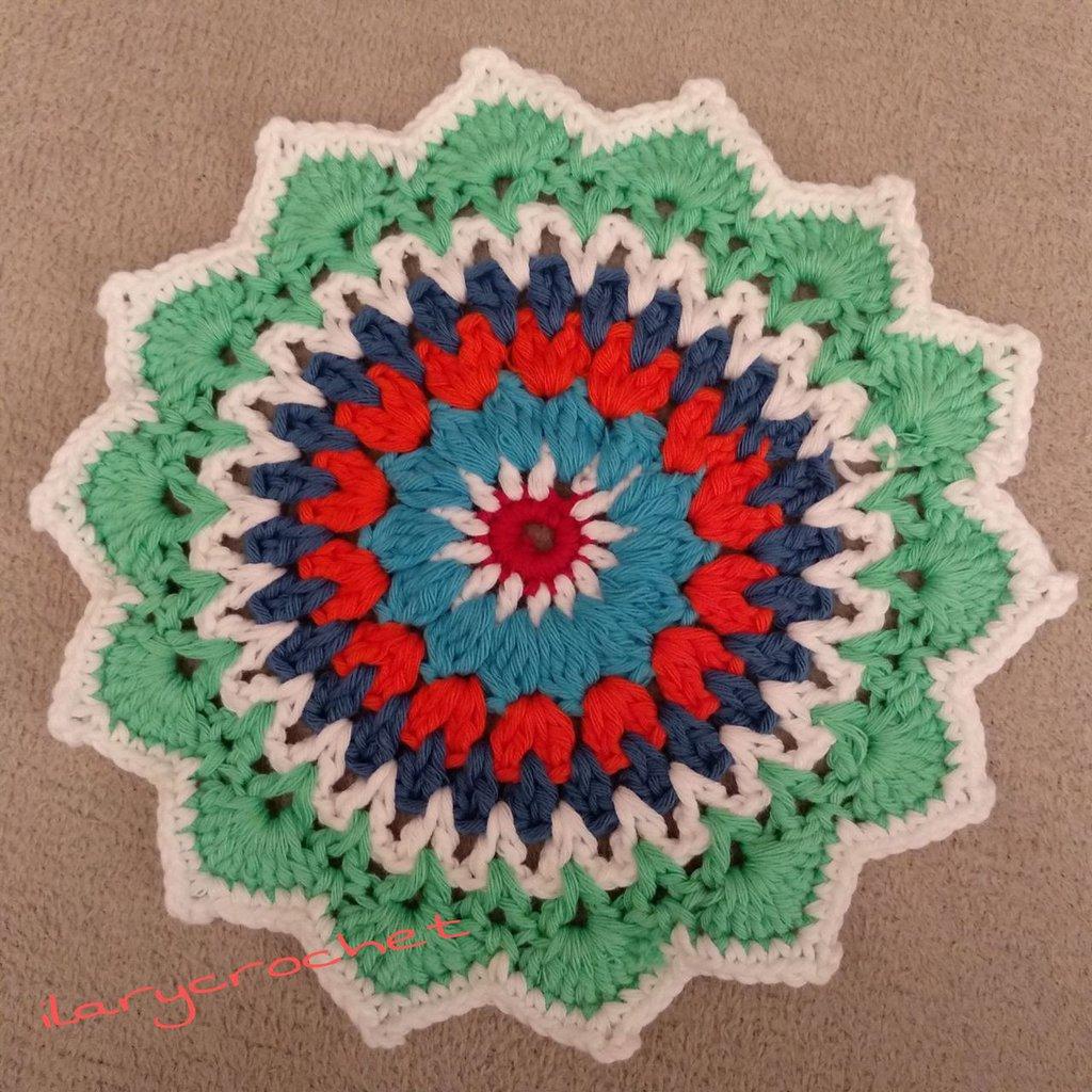 Centrino mandala all'uncinetto multicolore